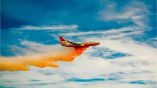 """Fire-fighting aircraft """"paints"""" house in California"""