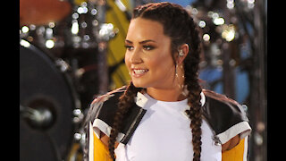 Demi Lovato makes joke about being 'unengaged' while hosting E! People's Choice Awards
