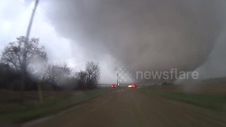 Massive wedge tornado tears through Kansas - Video