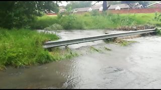 Rain causes flash flooding in Johannesburg (e8F)