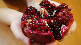 How to peel a pomegranate - Video