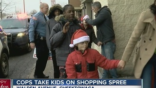Officers take kids Christmas shopping in their police cruisers - Video