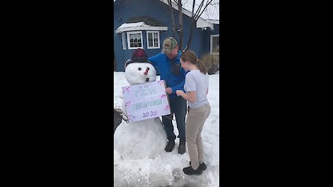 Dad prom-poses to daughter after the cancellation of her senior prom