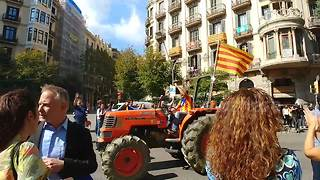 Tractors roll onto Barcelona's streets in support of referendum - Video
