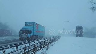 M1 near Sheffield at standstill due to heavy snow - Video