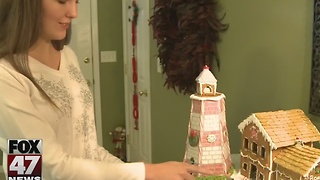 Family makes detailed gingerbread houses to celebrate the holidays - Video