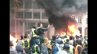 Fires Burn on Paris Streets as Violent Yellow Vest Protests Continue - Video
