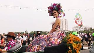 Beauty queens in classic cars drive through Chiang Mai, Thailand - Video