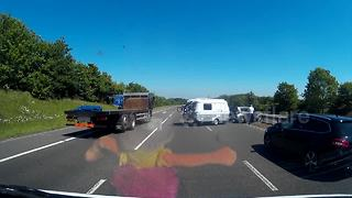 Dash cam captures caravan accident on UK road - Video