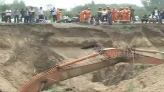 Over a hundred of rescuers save toddler trapped in well in China - Video