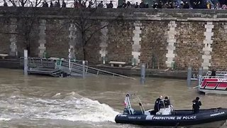 Search Operation Underway in Paris After Police Diver Lost in Seine - Video