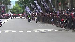 Indonesia road racers clash in shocking video - Video