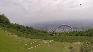British paraglider has lucky escape after failing to take off - Video