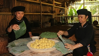 Vietnamese ladies make traditional cake in countryside  - Video