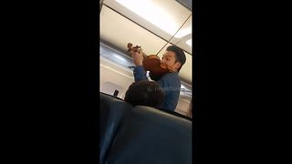 Famous violinist Ray Chen serenades passengers on redirected plane - Video