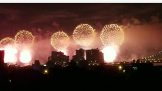Macy's July 4 Fireworks Shine Over New York City - Video