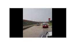 Drivers Travel Through Floodwaters in Downtown San Antonio - Video