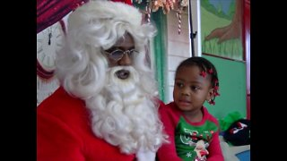 Santa makes early arrival in Riviera Beach - Video