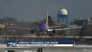 Milwaukee's airport prepares for snow - Video