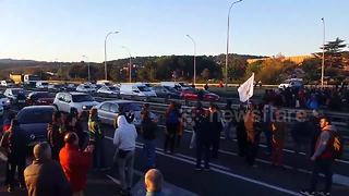 Protesters block major highway in Catalonia - Video