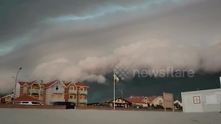 Dramatic footage shows massive storm clouds in southwest France - Video