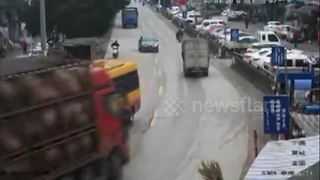 Truck loaded with pigs smashes into several parked vehicles - Video