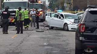 Bank robbery suspects crash vehicle on Cleveland's east side, 4 injured - Video
