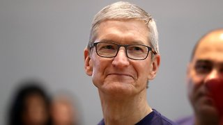 Apple CEO Tim Cook Criticizes Facebook Over The Data Scandal - Video