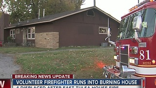Volunteer firefighter runs into burning house in East Tulsa - Video