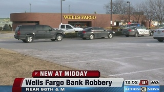 Police investigate bank robbery - Video