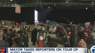 Mayor tour of auto show - Video