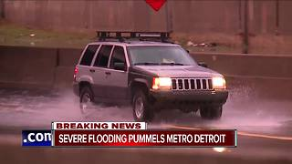 Heavy rain causes flooding on the freeway - Video