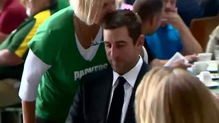 Packers fan kisses Aaron Rodgers - Video