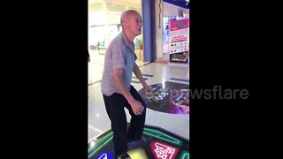 Chinese elderly man is 'addicted' to dance arcade games - Video