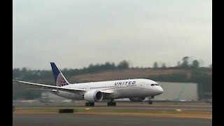 United Airlines begins bringing back food and Alcohol service