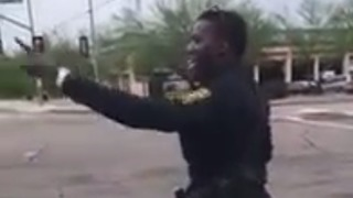 Police officer shows off dance moves while directing traffic - Video