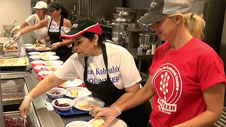 Feeding the less fortunate on Thanksgiving Day in South Florida - Video