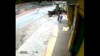 Shocking moment wild cow rams into children in India - Video