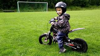 2-year-old masters electric motorcycle without training wheels - Video