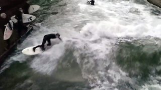 Daredevil surfer rides wave in a Munich river - Video