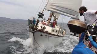 Confident Captain Jumps Between Boats at High Speed - Video
