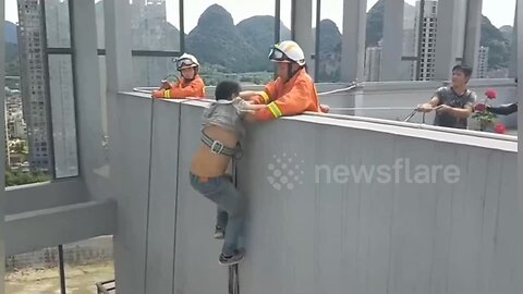 Firefighters rescue man clinging onto broken safety rope from 16th floor of building in China