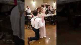 Man Surprises Girlfriend by Proposing at Family Wedding - Video