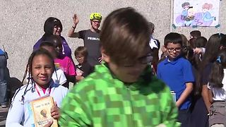 Las Vegas elementary school students receive more than 1,000 books on bikes - Video