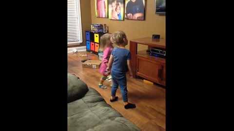4-year-old twins have living room dance party
