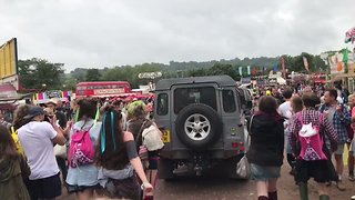 Crowd Sings 'Oh, Jeremy Corbyn' as Labour Leader Visits Glastonbury - Video