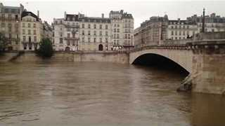 Floodwaters Rise in Paris Near Nôtre Dame - Video