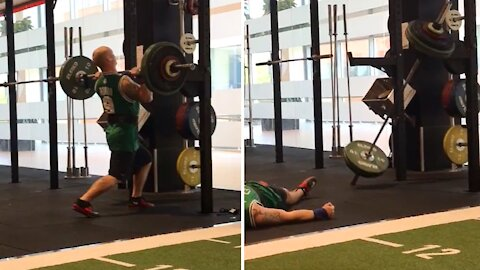 Dude straight up passes out while lifting weights