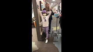 Heroic girl rings bell for her last day of radiation - Video