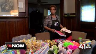 Woman helps kids in shelter celebrate birthdays - Video